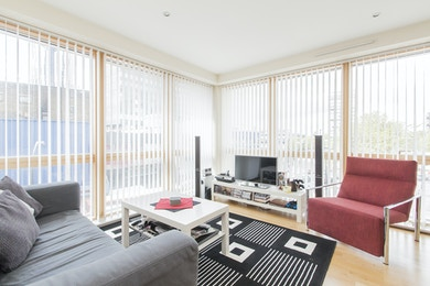 Stunning modern 2 bed apartment with floor to ceiling windows