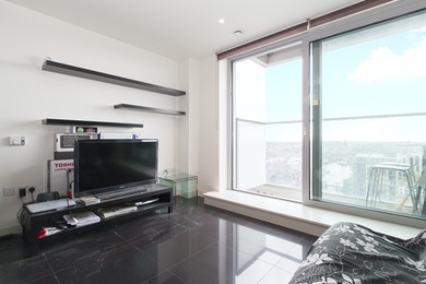 Enjoy breathtaking views from this 28th floor, studio apartment located within the luxury Canary Wharf development