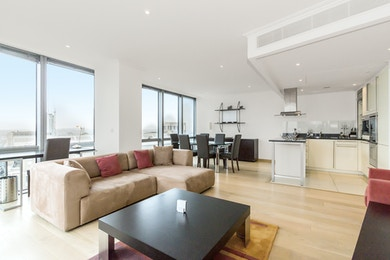 24th floor apartment laid out over 688 sq ft overlooking West India Quay & Canary Wharf