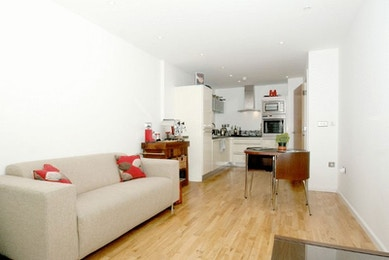 Luxuriously spacious 1 bed in the fabulous Ability Place development in South Quay for just £395 per week!