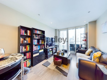 Luxuriously spacious 1 bed in the fabulous Ability Place development in South Quay