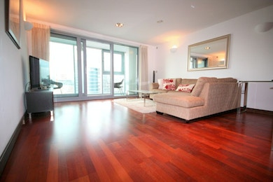 Stunningly beautiful 2 bed in modern riverside development, SW11, £560 per week!