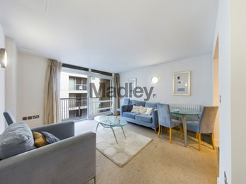 Spacious modern one bed apartment with pool, gym and 24 hour concierge in South Quay.