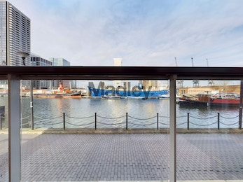 Two bedroom apartment a stones throw from Canary Wharf