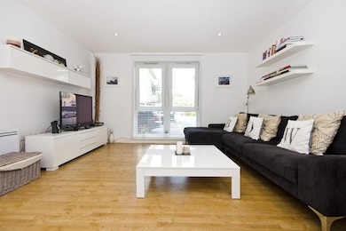 Fantastic two bedroom in Bow, short walk to underground!