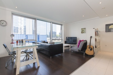 Large and modern one bed, moments from Canary Wharf - £450,000!