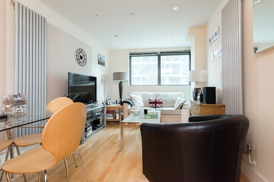 Stunning 1 bed Dockside Apartment in South Quay - E14
