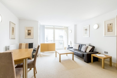 Beautiful two bedroom apartment, moments from Canary Wharf, £400pw!