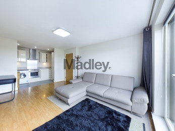 Beautiful One Bed in Bow with juliet Balcony