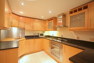 Luxuriously spacious 1 bed in South Quay for just £360 per week!