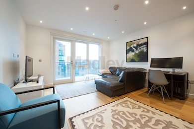 Stunning 2 bedroom apartment with views of the Dock and Canary Wharf!