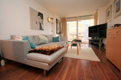 Spacious modern two bed apartment with pool, gym and 24 hour concierge in South Quay.