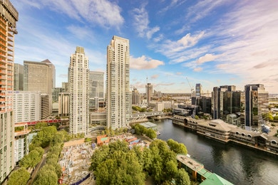 19th floor one bed, stunning views, moments from Canary Wharf!