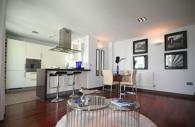 Stunning modern 2 bed apartment in a luxury riverside development in Battersea for just £475 per week!
