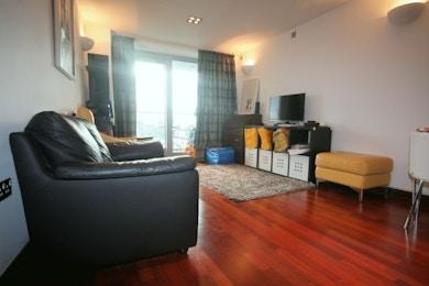 Stunningly beautiful 2 bed in modern riverside development, SW11, £460 per week!
