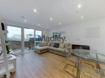 Large and modern one bed apartment, only a short walk from DLR!