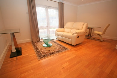 Beautiful 1 Bed Apartment next to Crossharbour DLR, £300pw
